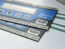 zdjęcie 2 - przykład identyfikacji cyfrowej produktów. Klawiatury membranowe z kolejnymi numerami seryjnymi w postaci kodów kreskowych.